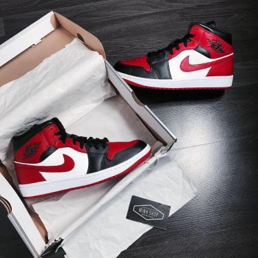 Hàng Chính Hãng Nike Air Jordan 1 Mid Chicago Black Toe Logo Red CUST 2021** V