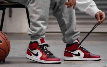 Hàng Chính Hãng Nike Air Jordan 1 Mid 'Chicago Black Toe' 2021**